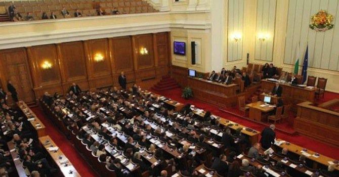 Депутатите гледат 7 законопроекта за промени в Кодекса на труда