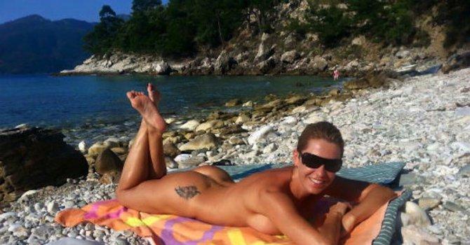 Джина Стоева цъфна гола на плажа
