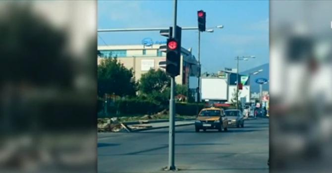 """Абсурд: Светофар изникна в центъра на булевард в """"Младост"""""""