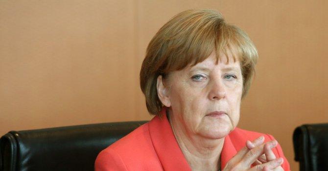 Меркел разплака момиче от бежанско семейство в Германия (видео)