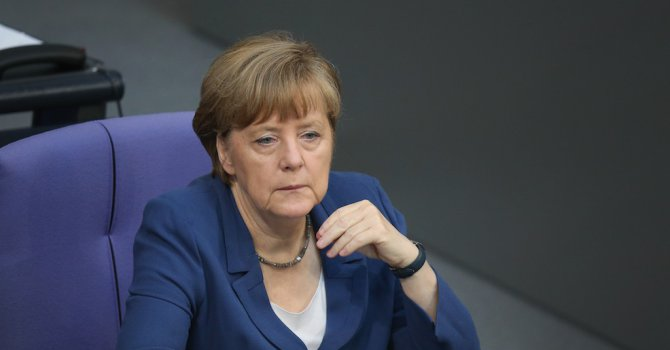 Меркел падна от стола (видео)