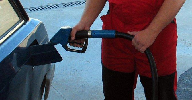 Потребителите усещат само частично поевтиняването на петрола