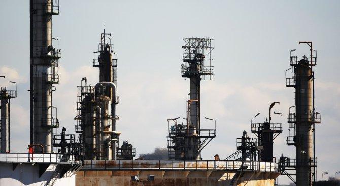 СБ: Вдигането на санкциите срещу Иран ще снижи нефта с 21%