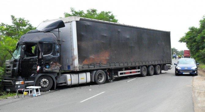 Два тира се удариха край Дупница, единият шофьор пострада