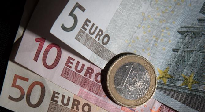 Криминалисти задържаха трима души със 75 000 фалшиви евро