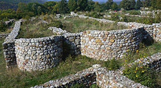 Реставрират се оригиналните стени на пернишката крепост