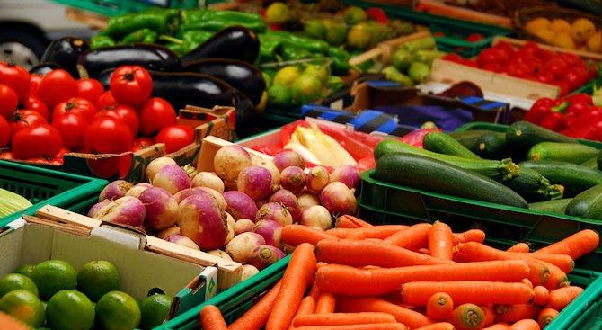Краставиците поевтиняха с 38%, прасковите - със 7 на сто нагоре