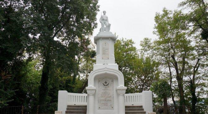 Реставрираха паметника на граничаря в Морската градина на Варна (снимки)