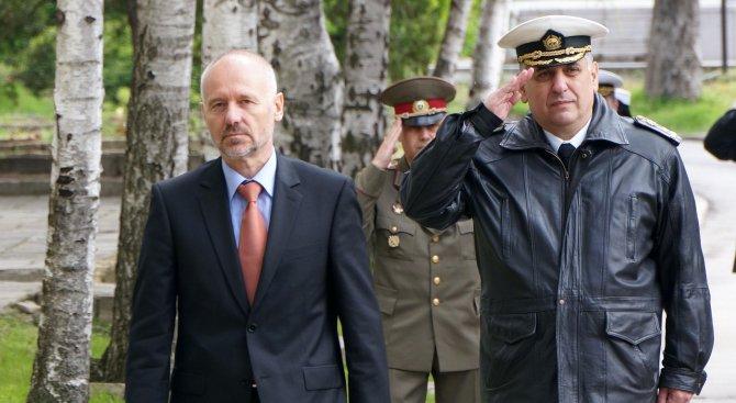 Бивш военен министър: Путин не удря ИД, целта му е да задържи Асад на власт