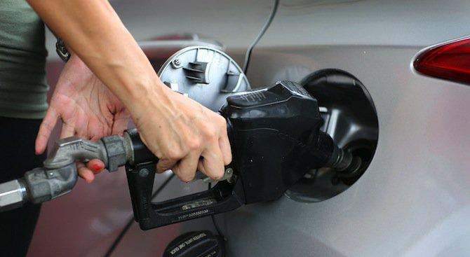 Бензинът падна под 2 лева