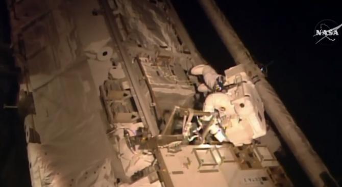 """Двама US астронавти започнаха своята втора """"космическа разходка"""""""
