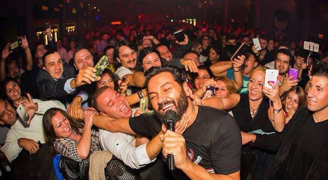 Азис пее на български пред хиляди в Истанбул