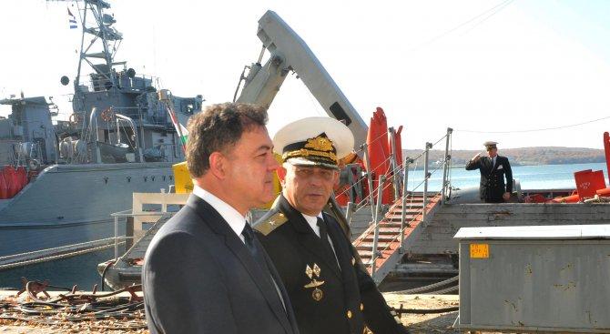 """Министър Ненчев присъства на демонстрация на британския военен кораб """"Дънкан"""" (снимки)"""
