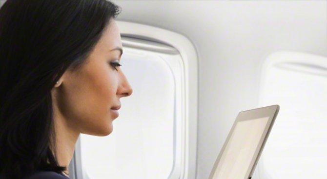 Има по една малка дупка във всеки прозорец в самолета. Защо?