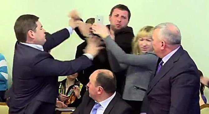 Ритник в главата за зам.-председателя на украинските служби за сигурност (видео)