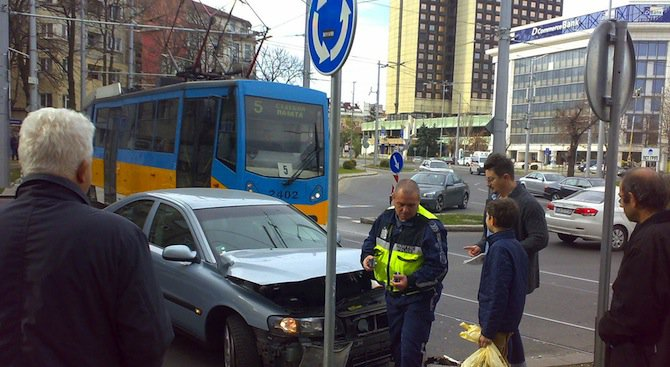 "Трамвай блъсна автомобил на ""Руски паметник"" (снимки)"
