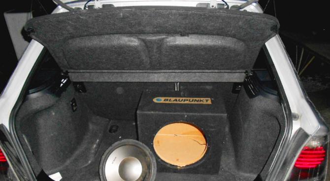 Откриха осем пакета с марихуана в тонколона на BMW (снимка)