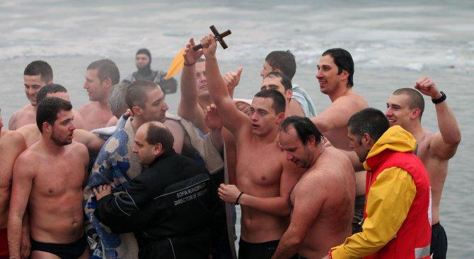 18-годишен плувец извади кръста в София, пияница се опита да развали ритуала (видео+снимки)