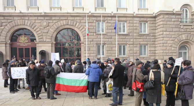 Учители по география се събраха на национален протест пред МОН (снимки)