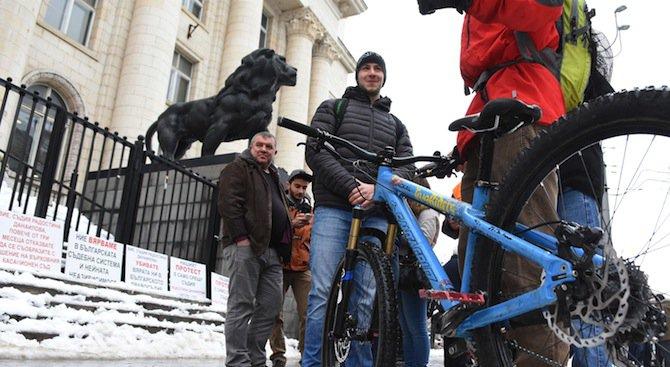 Колоездачи протестираха пред Съдебната плата (снимки+видео)