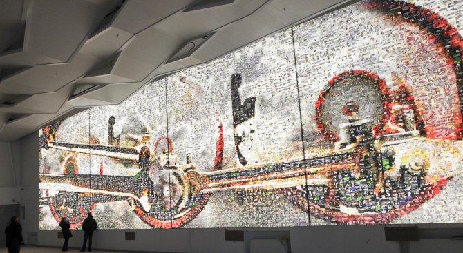Гигантско светещо пано на Централна гара (снимки)