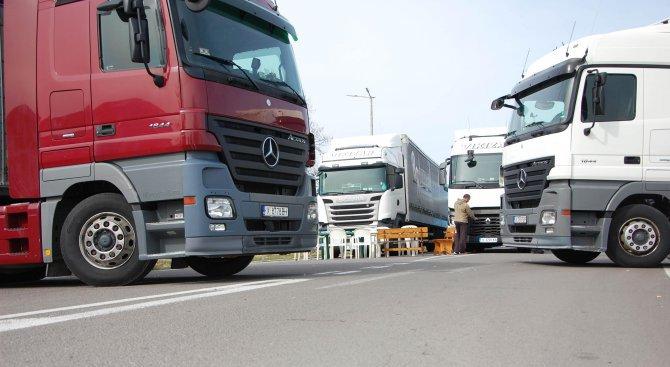 ГКПП Кулата - Промахон отново е блокиран, българските шофьори се разцепиха