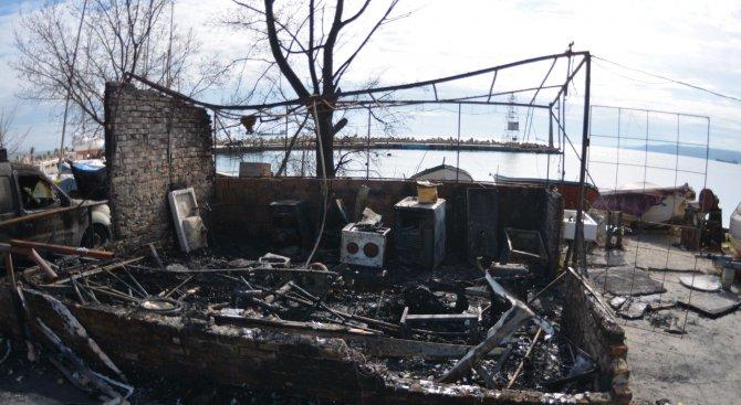 Ресторант и кола изгоряха край Варна (снимки)