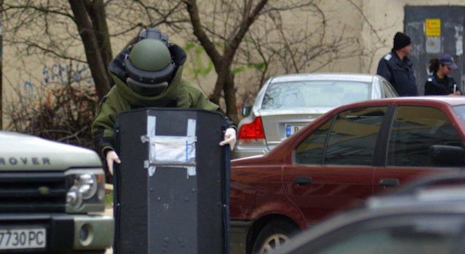 Съмнителен пакет на паркинг във Варна, ДОТИ отцепи района (снимки)