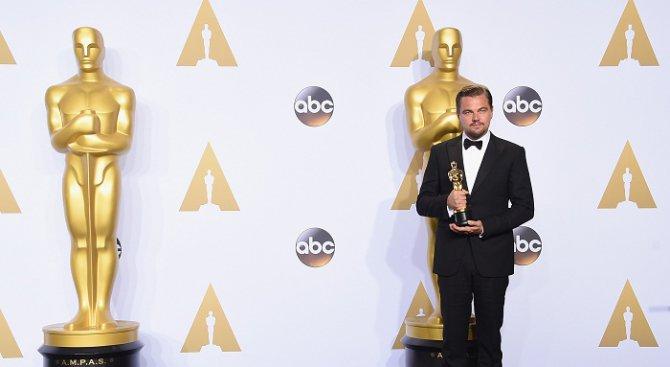 """Леонардо ди Каприо грабна """"Оскар"""" за най-добър актьор (видео)"""