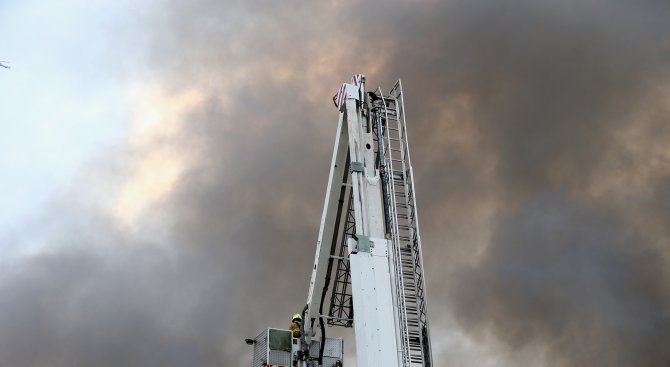 Огромен пожар гори в Англия (видео)