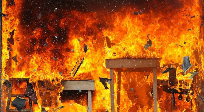 Дефектен уред предизвика пожар в къща
