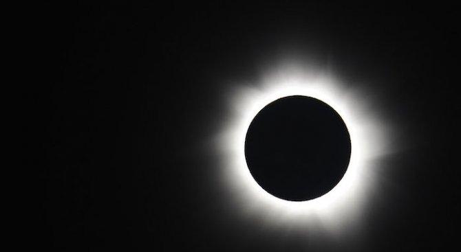 Тази нощ ще е единственото за тази година пълно слънчево затъмнение