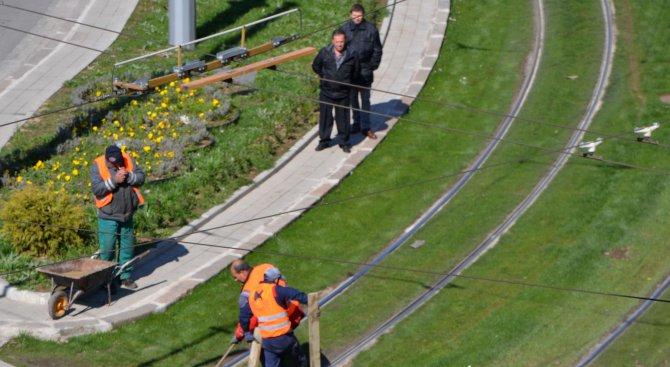Подменят участъци от затревените релси при Руски паметник (снимки)