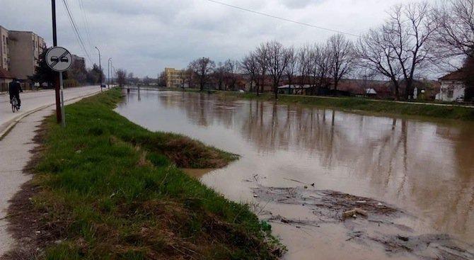 Тревога в Мизия заради придошлите води на река Скът (снимки)