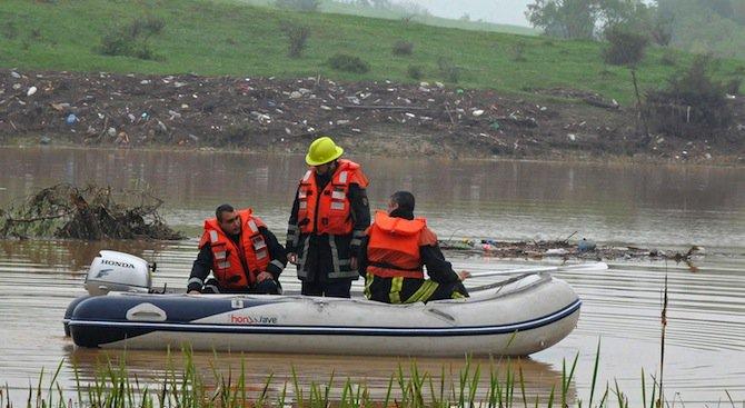 Охранители с лодки дебнат в язовирите край Монтана