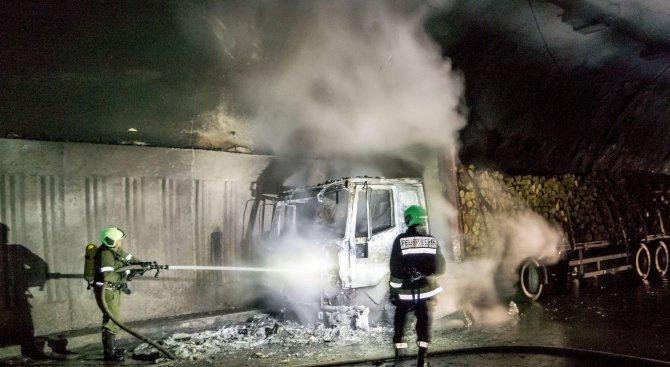 """Тир се подпали в тунел """"Топли дол"""" (снимки)"""
