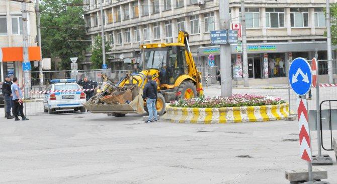 Затруднен трафик в центъра на Враца заради ремонти (снимки)