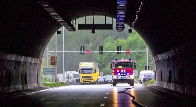"""Боядисват тунела на АМ """"Хемус"""", движението ще се извършва двупосочно днес и утре"""
