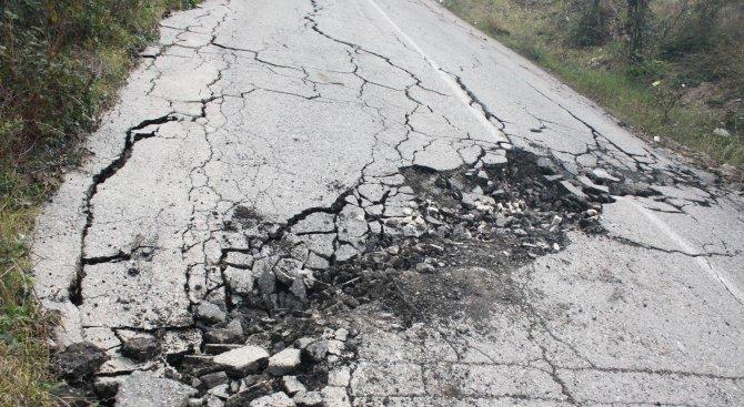 Свлачище на улица в плевенското село Николаево застрашава къщи от срутване