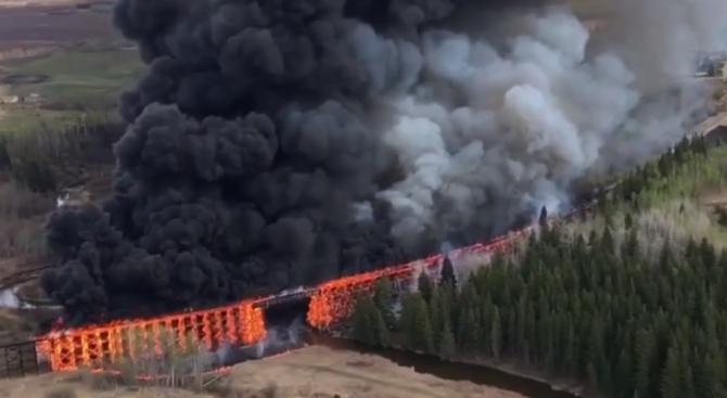 Голям пожар унищожи железопътен мост в Канада