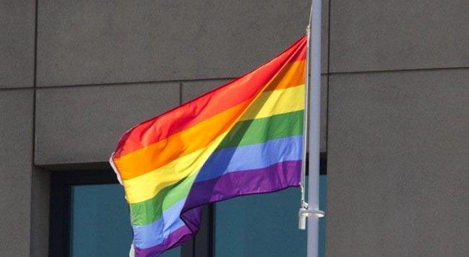 МИ-6 издигна флаг с цветовете на дъгата по случай Международния ден срещу хомофобията