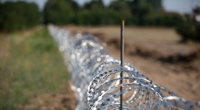 Министри инспектират изграждането на оградата по границата