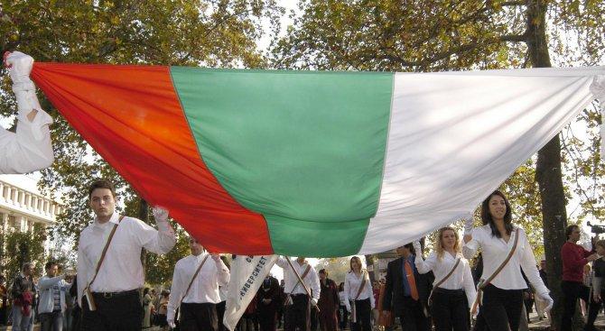Български ученик в САЩ развя родния трибагреник редом до американския флаг по повод 24 май (видео)