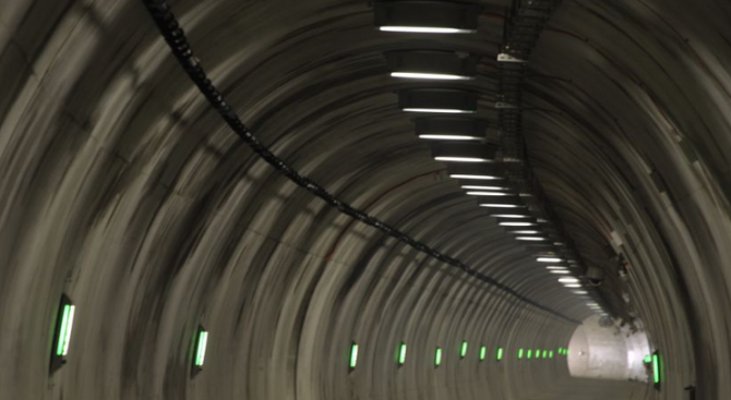 Проблем с осветлението в тунел на Е-79 затруднява движението
