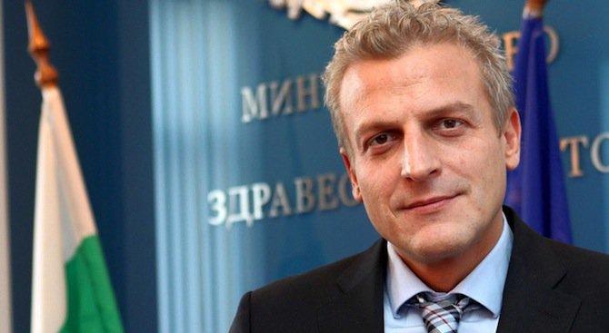 Министър Москов защити служителите си и обяви заплатата си