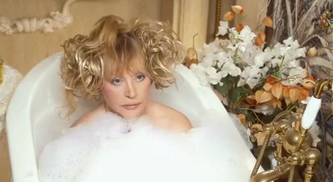 Пугачова лъсна гола в банята (видео)