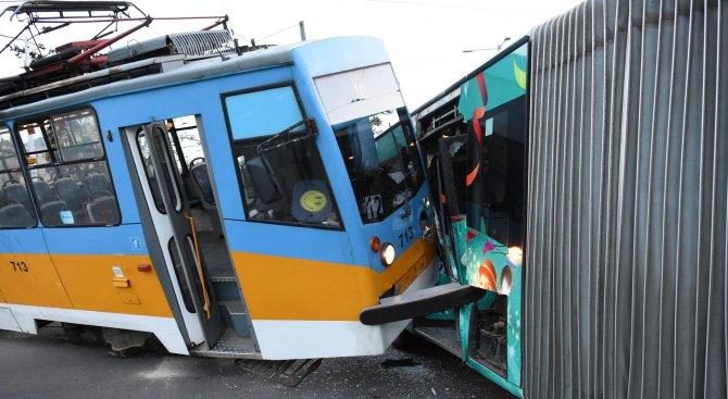 Трамвай и автобус катастрофираха в столицата, има ранени (снимки)