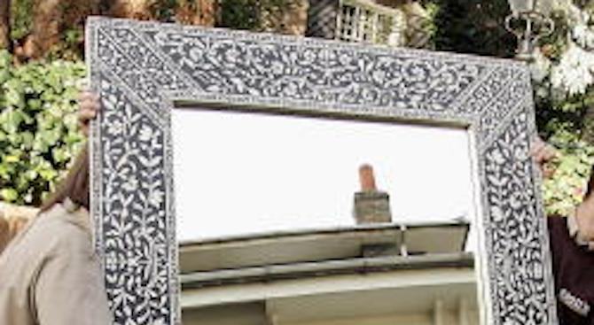 Илюзия отразява квадратите като кръгове в огледалото (видео)