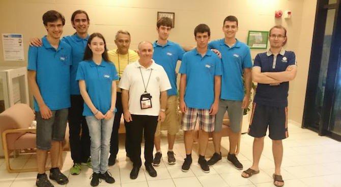 Български ученици с шест медала от олимпиада по математика в Хонконг (снимка)