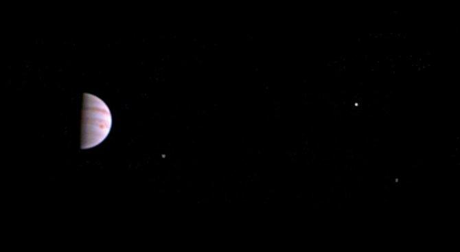 Сондата ''Джуно'' изпрати първите си снимки на Юпитер (видео)